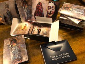 Mapje met 5 kaarten van de tentoonstelling met werk van Peter B. van Houten ' Heiligen in Beweging' in Museum Vledder te Vledder. Vijf euro per stuk. Inclusief verzending zeven euro.